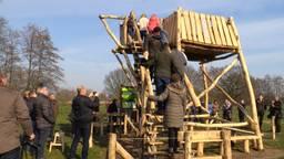 Ruud bouwde de nieuwe toren met veel hulp van vrijwilligers