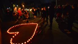 Wijkbewoners van Tuinzigt herdenken het overlijden Ramon Dekkers. (Foto: Perry Roovers/SQ Vision)