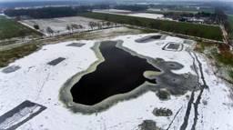 Het ijs op het Nestven in Hilvarenbeek begint te smelten (foto: Toby de Kort/De Kort Media)