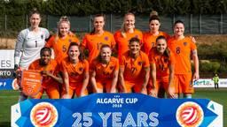 De Oranjeleeuwinnen tijdens de Algarve Cup, met Kika van Es als tweede van links op de bovenste rij. (Foto: VI Images)