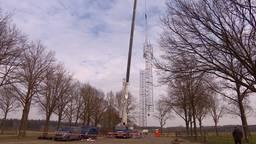 De plaatsing van de mast. (Foto: Imke de Laar)