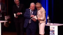 Wim van der Leegte geeft eerste exemplaar aan zijn vrouw Margriet