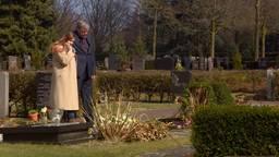 Caroline en Randy bij het graf van Ximena.