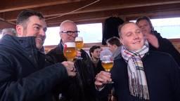 Klaas Dijkhoff proost met Bredanaars