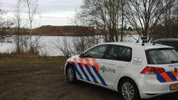 De politie zoekt in Liessel. (Foto: Danny van Schijndel)