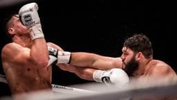 Lazaar in gevecht met Rico Verhoeven (foto: ANP).