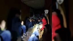 De verstekelingen in de laadruimte van het busje. (Foto: Politie De Kempen)