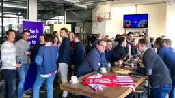 Het personeel van GoodHabitz drinkt een biertje, want hun bedrijf is de nieuwe rugsponsor van PSV.