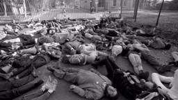 Actievoerders doen alsof ze dood zijn (foto: Ben Steffen)