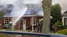 De brand woedt in het dak van het huis. (Foto: Charles Mallo SQ Vision)