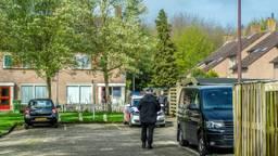 In Oudenbosch viel een arrestatieteam een woning in de Spuilaan binnen. (Foto: Peter Braakmann)