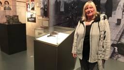 Hannie bij de expositie (foto: Rogier van Son)