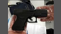 Het knalvuurwapen dat de daders gebruikten. (Foto: Politie Bergen op Zoom)
