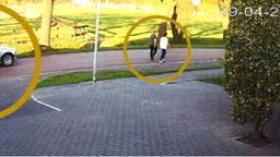 Wie herkent deze twee voetgangers op de Rielsedijk?