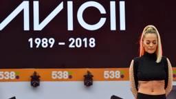 Rita Ora houdt een eerbetoon voor Avicii. (Foto: Erald van der Aa).