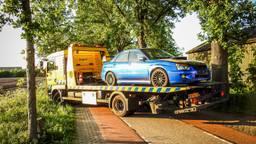 Deze blauwe auto werd ook opgeladen en meegenomen. (Foto: Danny van Schijndel)