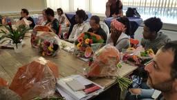De inburgeraars krijgen bloemen van de wethouder