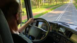 Vrachtwagenchauffeur in spé tijdens zijn eerste rijles