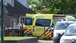 Het slachtoffer wordt in de ambulance geholpen. (foto: Jozef Bijen/SQ Vision)