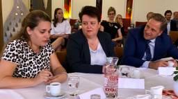 Minister Hugo de Jonge in gesprek met medewerkers van verpleeghuis De Zeven Schakels