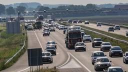 Op de A58 staat dinsdag een lange file door meerdere ongelukken. (Foto: Christian Traets)