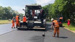 Het eerste asfalt voor de wagenbouwers wordt gelegd