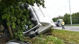 Een vrachtwagen is dinsdagmiddag in de berm terecht gekomen. (Foto: Tom van der Put)