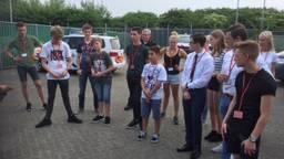De jongerenraad op het oefenterrein (foto: Willem-Jan Joachems)