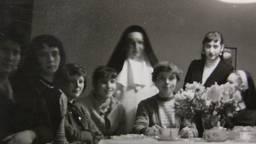 Jo (vierde van links) bij de Zusters van de Goede Herder.