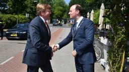 Koning Willem-Alexander wordt verwelkomd door burgemeester Ryan Palmen van gemeente Hilvarenbeek (foto: gemeente Hilvarenbeek)