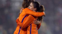 Oranjeleeuwinnen Danielle van de Donk (rechts) en Lieke Martens. (Foto: Orange Pictures)