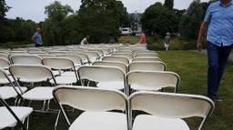 298 stoeltjes voor de Russische ambassade (foto: Dirk Verhoeven)