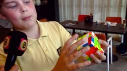 12-jarige deelnemer laat Rubik's Cube-skills zien