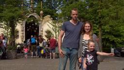 De familie Flierman voor de ingang van de Droomvlucht.