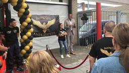 Kickbokser Alicia Holzken opende zondag haar eigen boksschool in aanwezigheid van drievoudig kampioen Arnold Vanderlyde.