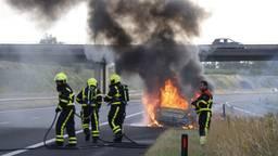 Auto vliegt in de fik op A77, brandt volledig uit (Foto: SK-Vision)