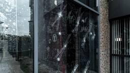 De vernielde ruiten van het gemeentehuis in Oosterhout (foto: Mathijs Bertens/Stuve fotografie).