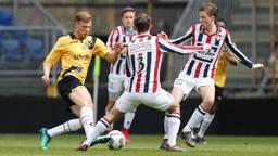 Sydney van Hooijdonk in actie tijdens de derby van NAC O19 tegen Willem II O19 (foto: VI Images).