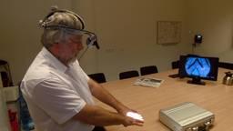 Chirurg Harm Rutten demonstreert het camerasysteem