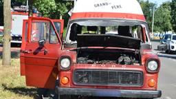 De camper raakte zwaar beschadigd door de brand. (Foto: Perry Roovers)