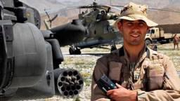 Roy de Ruijter voor een Apache (foto: defensie)