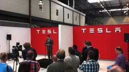 De opening van de eerste assemblagefabriek van Tesla in Tilburg in 2013 (foto: Raoul Cartens)