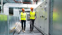 Gert-Jan Bloks van Anteryon (l) op de in aanbouw zijnde Brainport Industries Campus (foto: Bram Saeys).