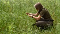Boswachter Ellen Luijks komt iedere dag tijdens haar werk teken tegen. (Omroep Brabant)