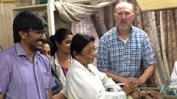 Feico met verpleegsters en artsen in het ziekenhuis. (Foto: Feico Halbertsma).