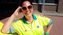 Hanneke met zonnebril en ambulance