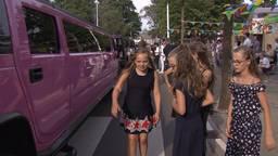 De leerlingen checken de limousine goed. (foto: screenshot Jeugdjournaal)