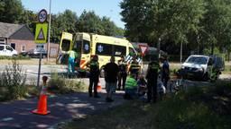 Ambulancemedewerkers helpen het kind en nemen hem uiteindelijk mee naar het ziekenhuis. (Foto: Foto Persbureau Midden Brabant)