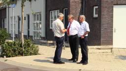 Voorzitter Jan Vos van Stichting Oorlogsmonument Verzetsplein met twee leden