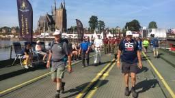Vierdaagselopers wandelen door Cuijk.